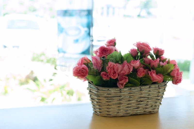 Красивый цветок розового пинка букета искусственный в корзине стоковая фотография