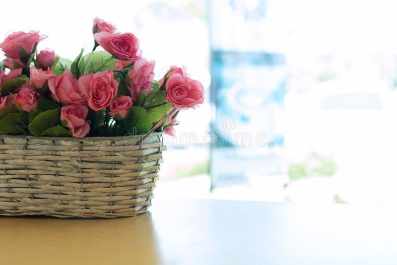Красивый цветок розового пинка букета искусственный в корзине стоковые фото