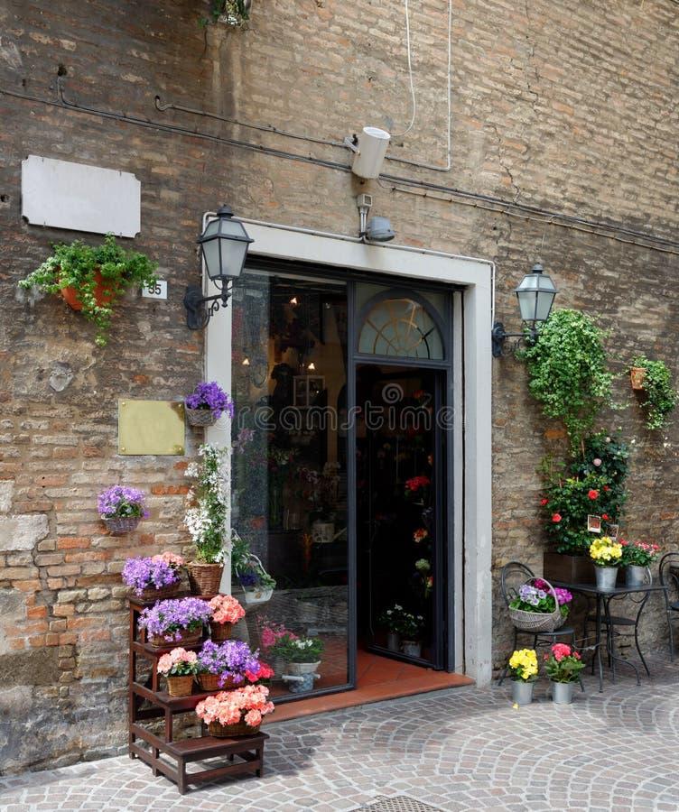 Красивый цветочный магазин в малом тосканском городке стоковое изображение rf