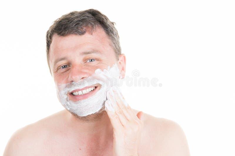 красивый человек брея перед зеркалом с нагим торсом стоковая фотография