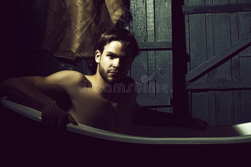 Красивый человек в ванне стоковые фото