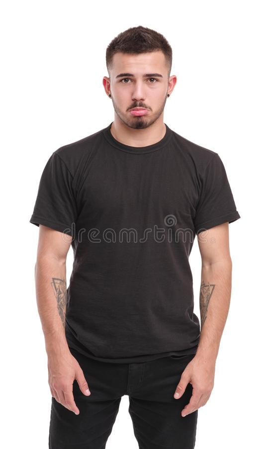 Красивый человек в черных одеждах изолирован на белой предпосылке стоковая фотография rf