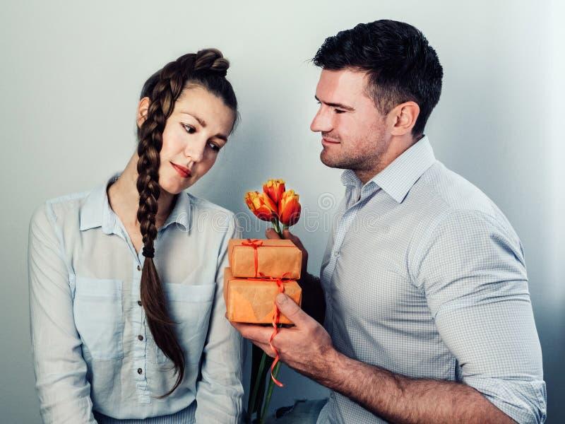 Красивый человек давая подарок стоковое изображение rf