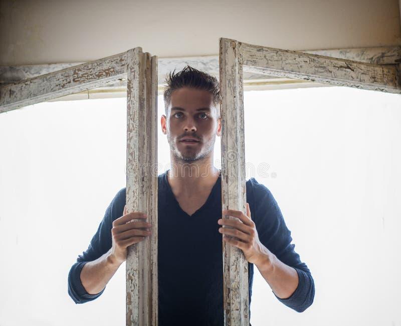 Красивый человек идя в двери стоковые фото