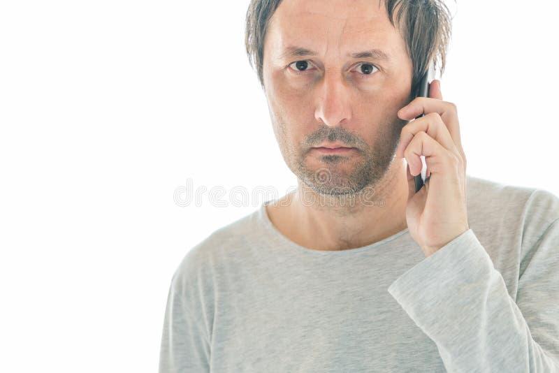 Красивый человек используя мобильный телефон изолированный на белой предпосылке стоковые изображения rf