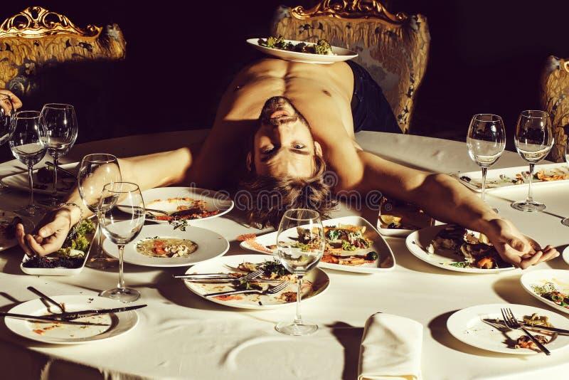 Красивый человек лежа на таблице стоковая фотография rf