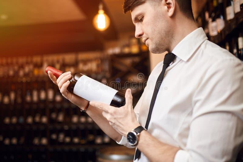 Красивый человек начинает техническое и профессиональное понимая вино стоковая фотография rf