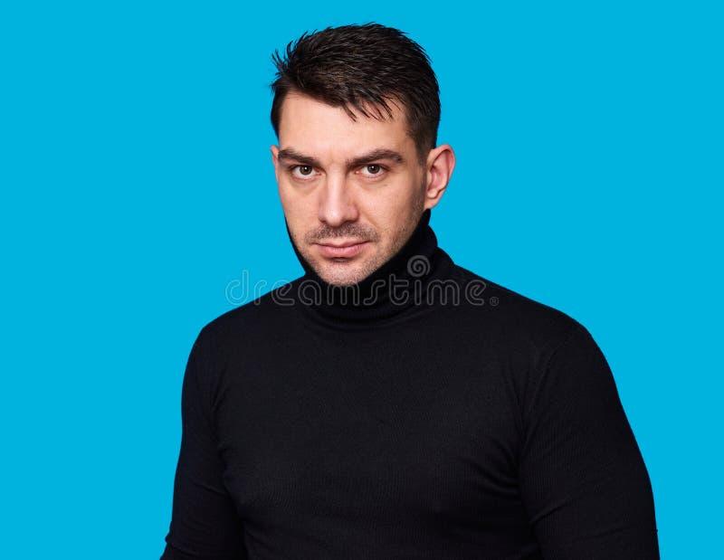 Красивый человек нося черный turtleneck изолировано стоковое изображение