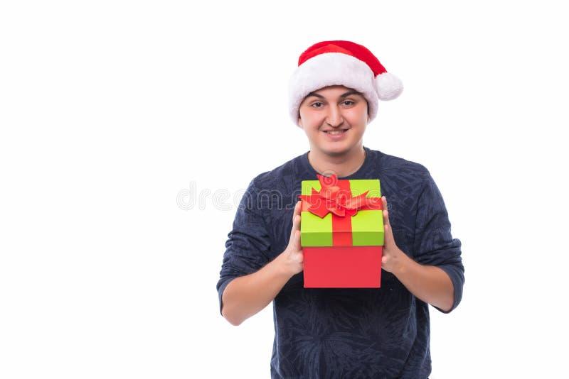 Красивый человек предлагая подарок рождества изолированный на белой предпосылке стоковые изображения