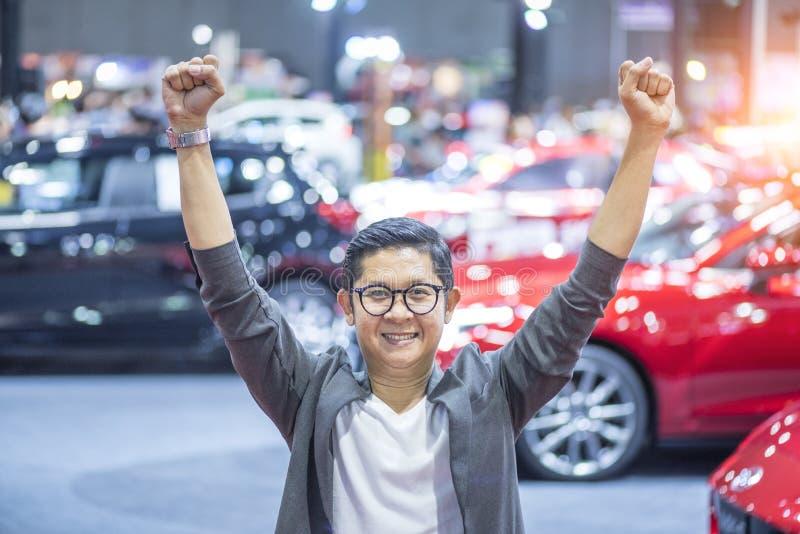 Красивый человек счастливый с новым автомобилем стоковая фотография