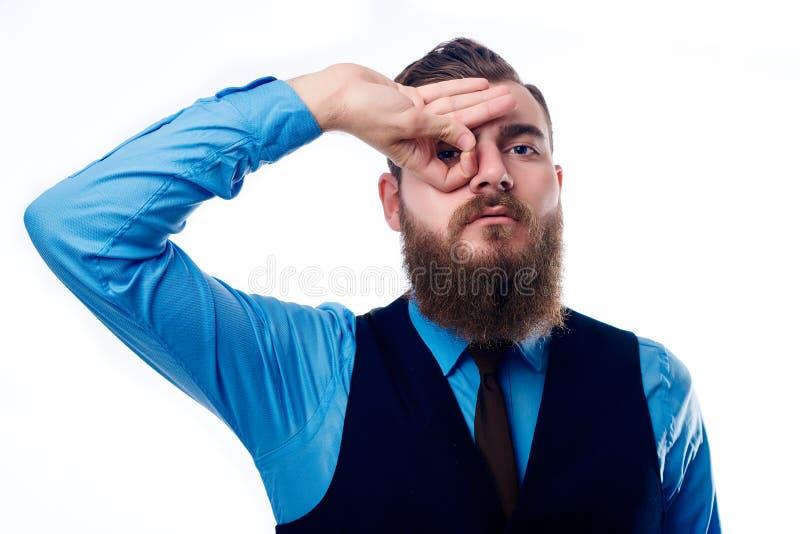 Красивый человек с бородой одетой в голубой рубашке стоковые изображения