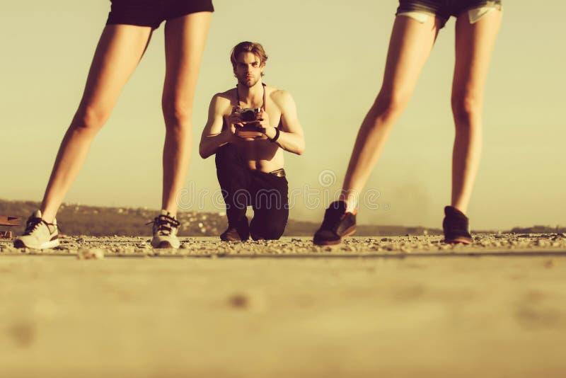 Красивый человек с ретро камерой в мышечных руках стоковая фотография rf