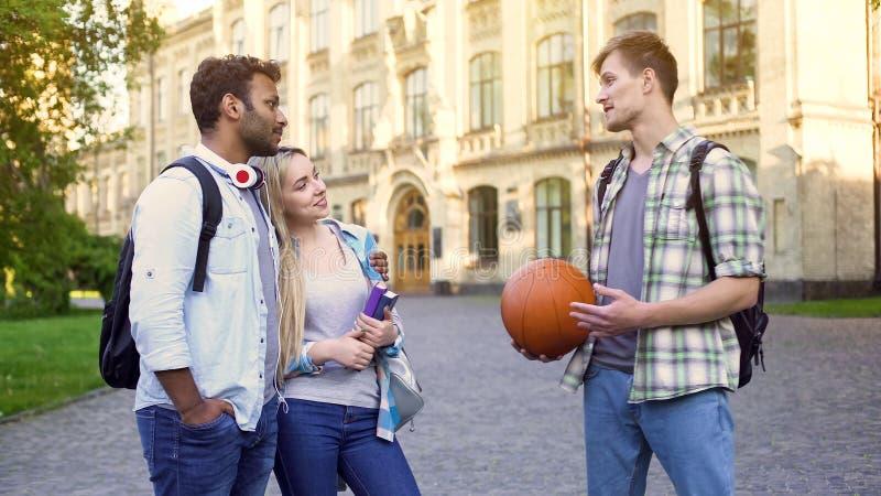 Красивый человек flirting при подруга лучшего друга, пробуя украсть женщину стоковое фото rf