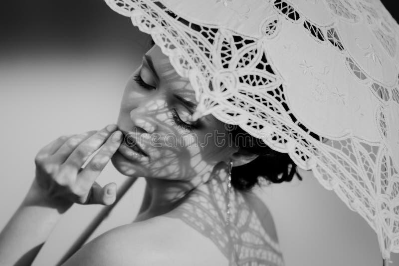 Красивый черно-белый портрет чувственной девушки с зонтиком шнурка стоковые изображения