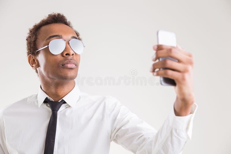 Красивый черный бизнесмен принимая selfie стоковые изображения rf