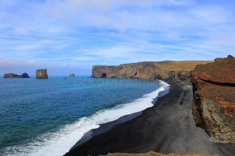 Красивый черный пляж лавы в Dyrholaey Исландии стоковое изображение