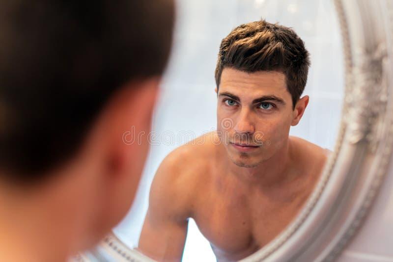 Красивый человек в зеркале стоковые изображения rf