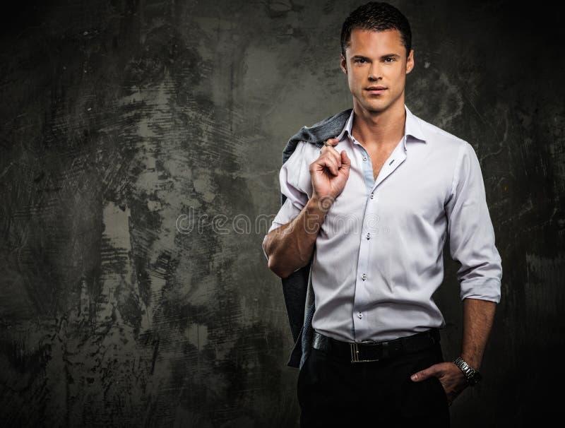 Красивый человек в рубашке против стены grunge стоковые фотографии rf