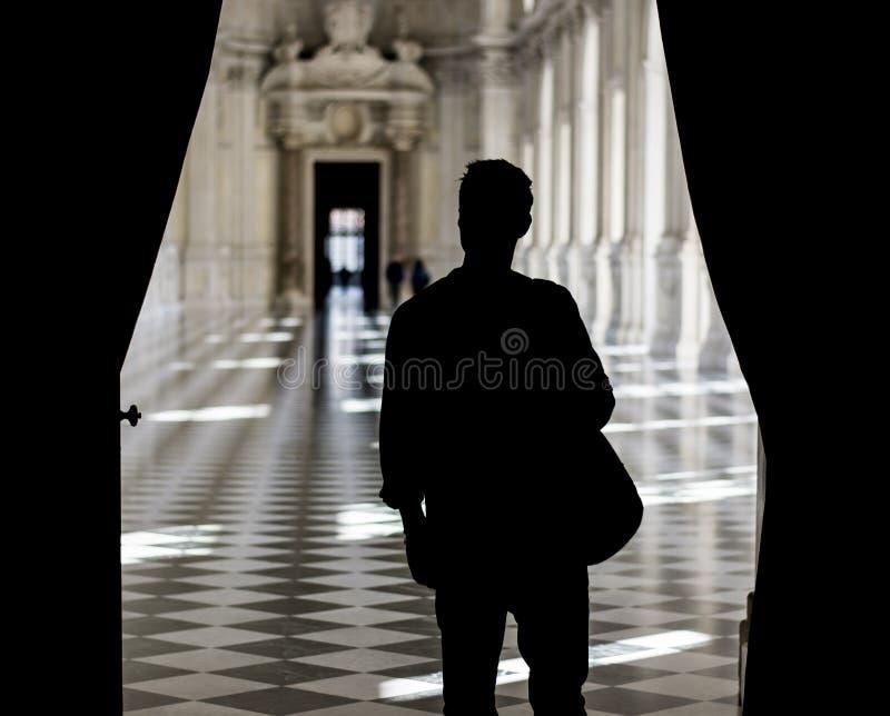 Красивый человек держа гида внутри музея стоковые изображения rf