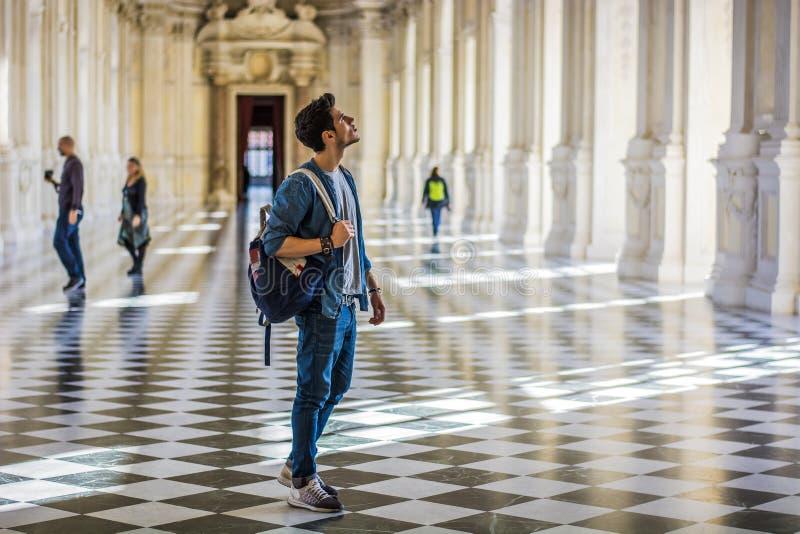 Красивый человек держа гида внутри музея стоковые фотографии rf
