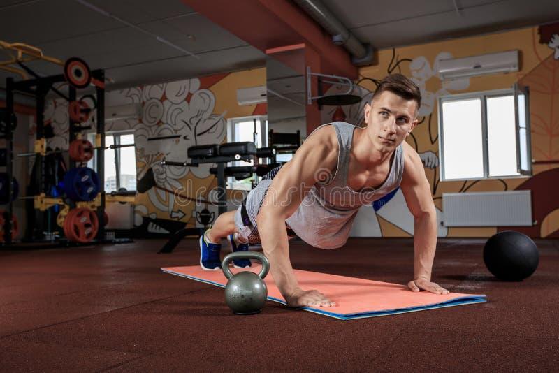 Красивый человек деятельность нажимает поднимает на спортзале стоковое изображение rf