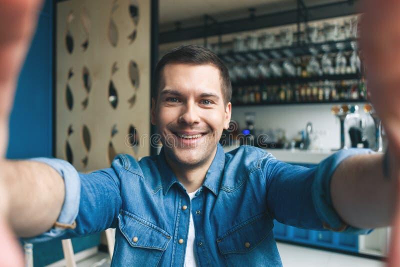 Красивый человек делает фото в кафе стоковые изображения rf