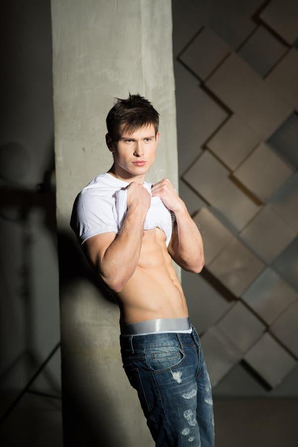 Красивый человек, нагой торс, белая футболка крытая стоковая фотография rf