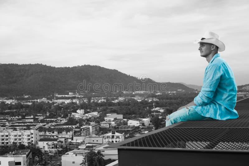 Красивый человек на крыше стоковое фото rf
