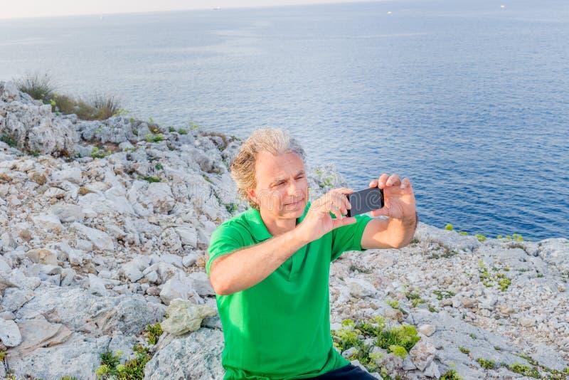 Красивый человек принимает selfie в городке взморья стоковые изображения
