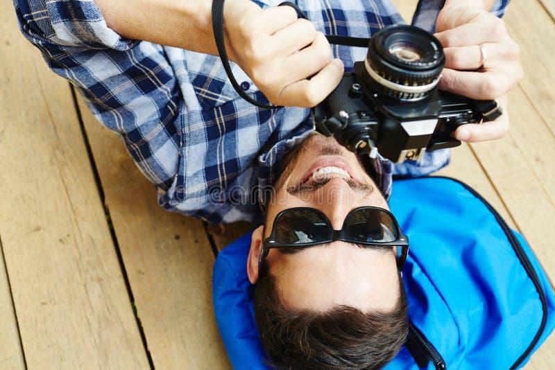 Красивый человек принимая фото в путешествовать отключение стоковые изображения rf