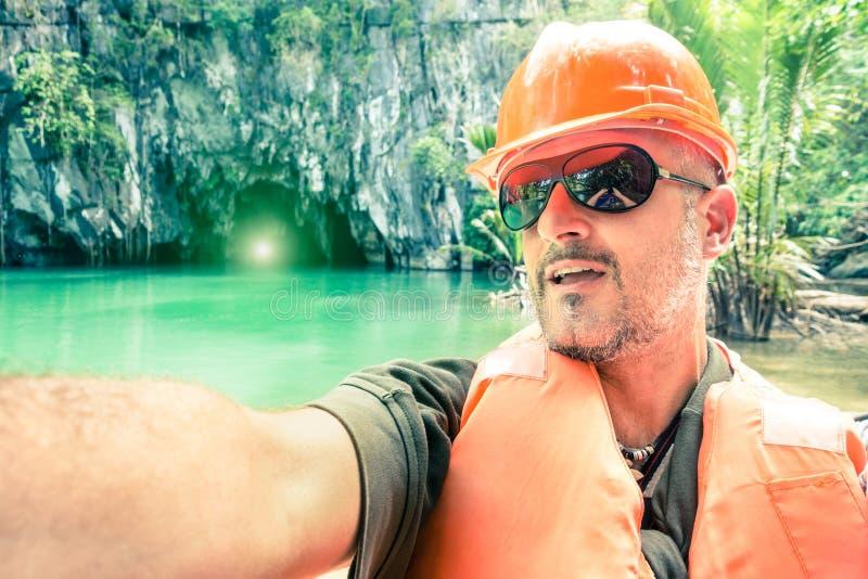 Красивый человек принимая selfie на подземное реку в Palawan Phlippines стоковая фотография