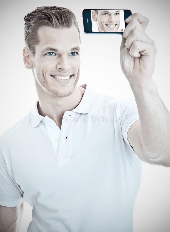 Красивый человек принимая selfie стоковые изображения rf