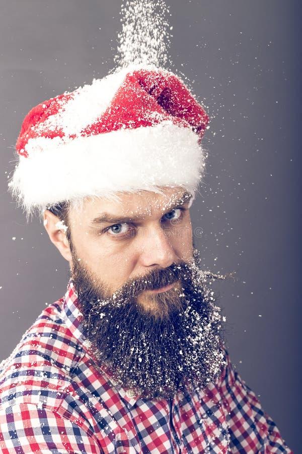 Красивый человек при длинная борода нося крышку santa стоковая фотография rf