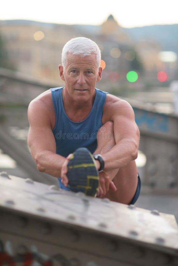Красивый человек протягивая перед jogging стоковые изображения