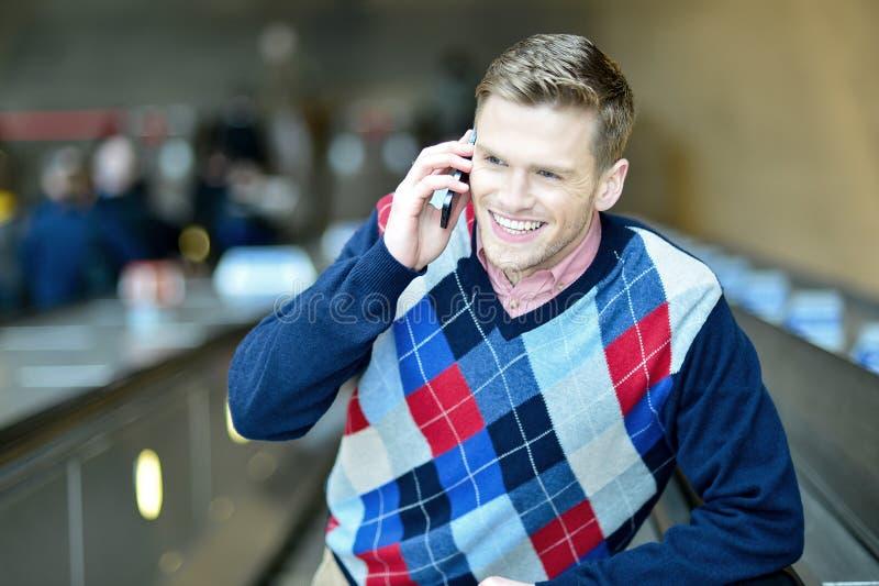 Download Красивый человек связывая с другом Стоковое Изображение - изображение насчитывающей связывать, сеть: 41651747