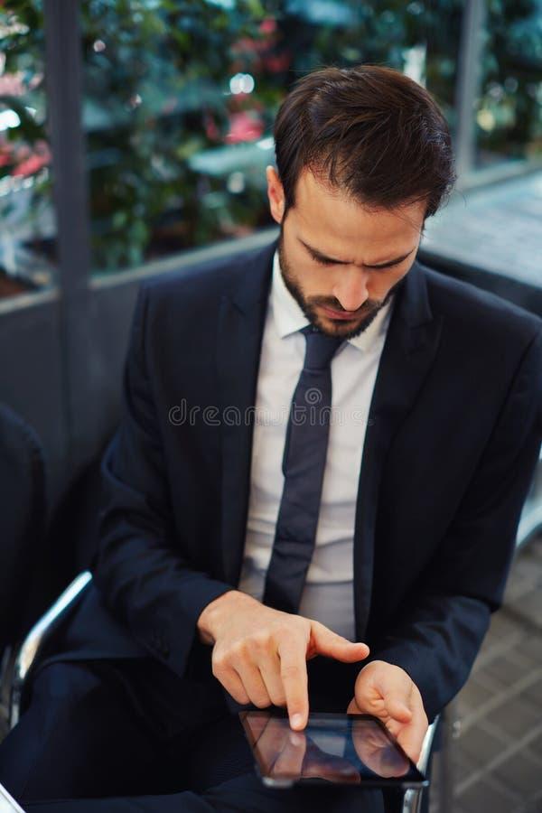Красивый человек сидя открытая почта балкона и проверки стоковая фотография rf
