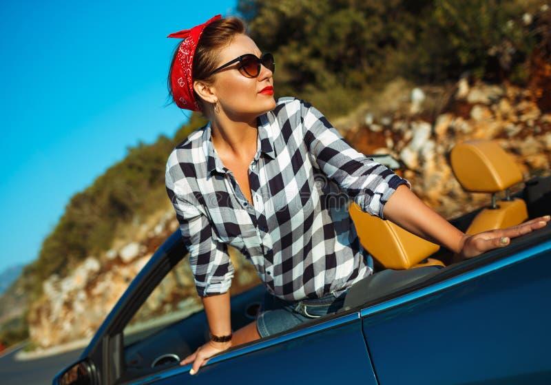 Красивый штырь вверх по женщине сидя в cabriolet, наслаждаясь отключением на lu стоковые изображения