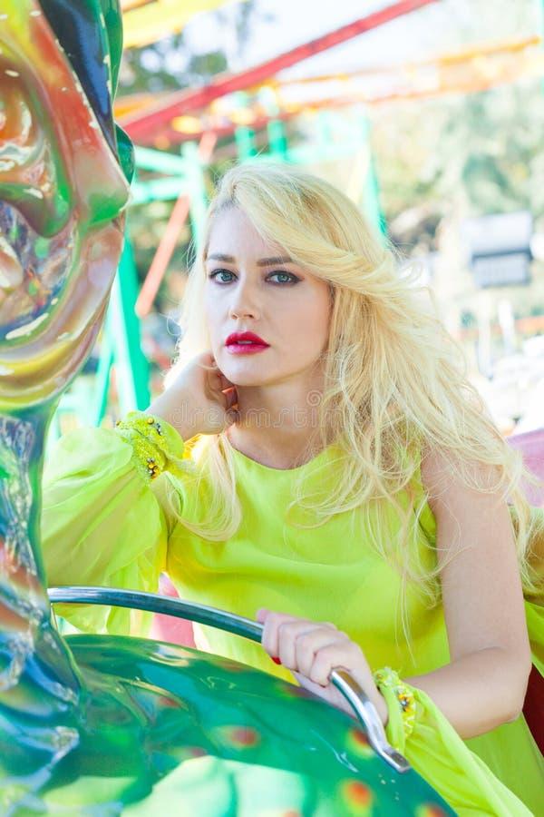 Красивый элегантный белокурый портрет женщины моды летом парка атракционов стоковая фотография rf