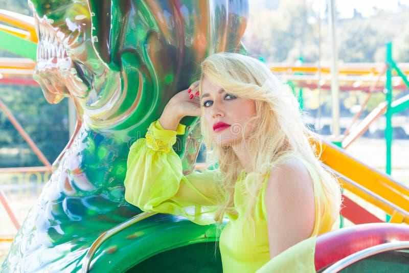 Красивый элегантный белокурый портрет женщины моды летом парка атракционов стоковое изображение rf