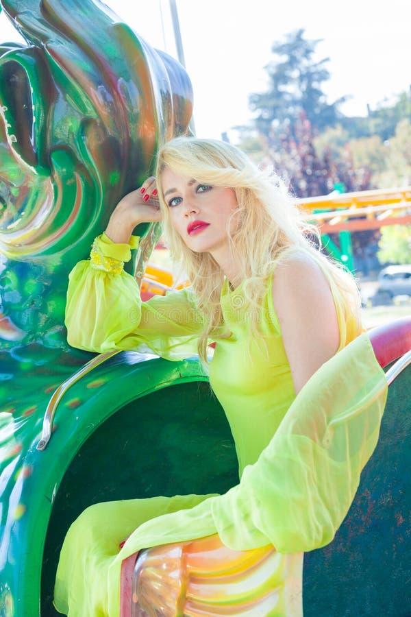 Красивый элегантный белокурый портрет женщины моды летом парка атракционов стоковые фото
