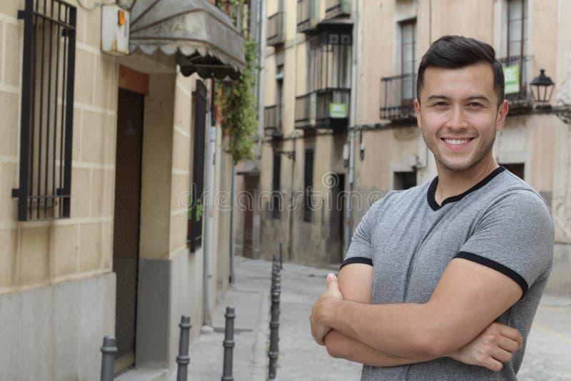 Красивый этнический молодой мужчина усмехаясь outdoors стоковая фотография
