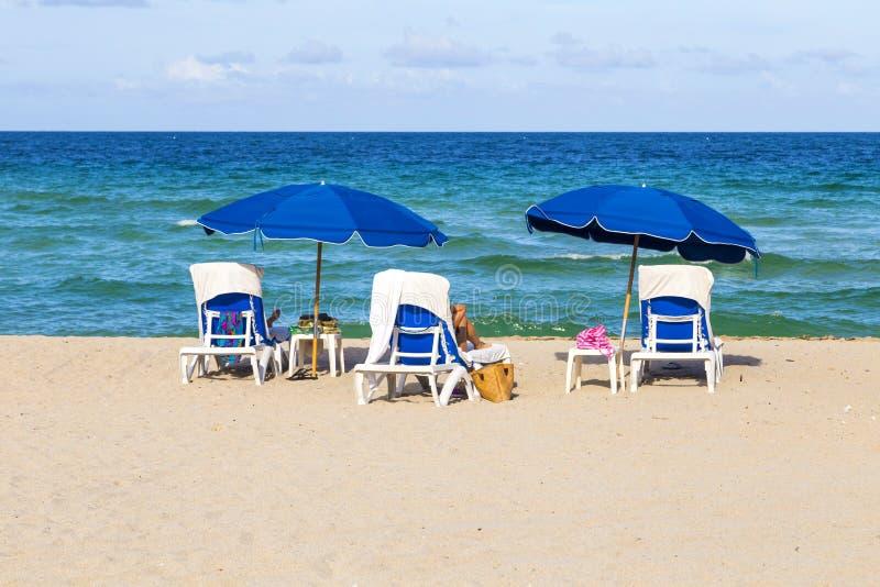 Красивый южный пляж с стульями стоковые фотографии rf