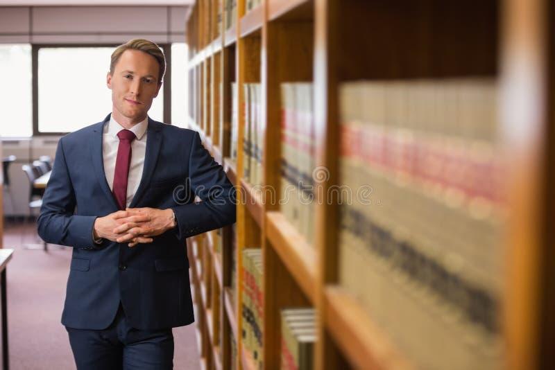 Красивый юрист в библиотеке закона стоковое изображение