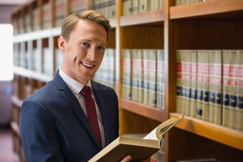 Красивый юрист в библиотеке закона стоковое фото