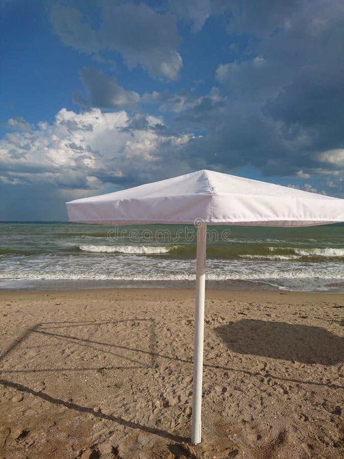 Красивый яркий голубой seascape: небо, облака, вода, волны, песок, ветер стоковое изображение