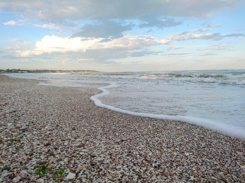 Красивый яркий голубой seascape: небо, облака, вода, волны, песок, ветер стоковые фото