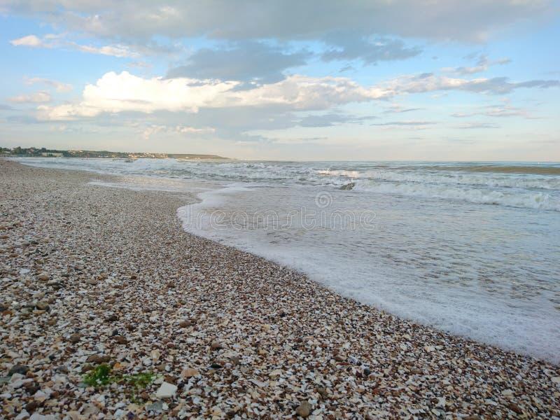 Красивый яркий голубой seascape: небо, облака, вода, волны, песок, ветер стоковые фотографии rf