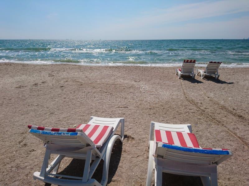 Красивый яркий голубой seascape: небо, облака, вода, волны, песок, ветер стоковая фотография