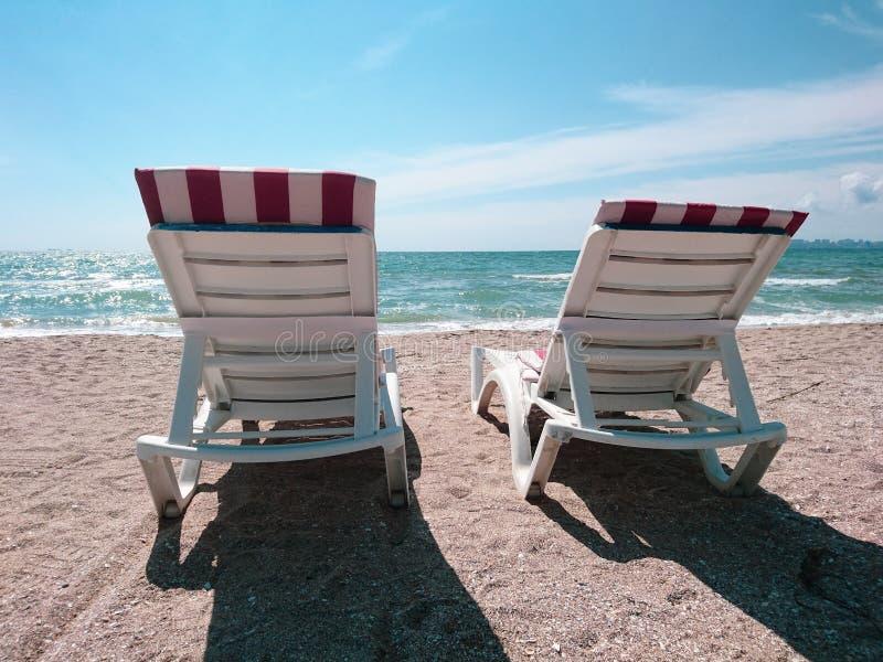 Красивый яркий голубой seascape: небо, облака, вода, волны, песок, ветер стоковое фото