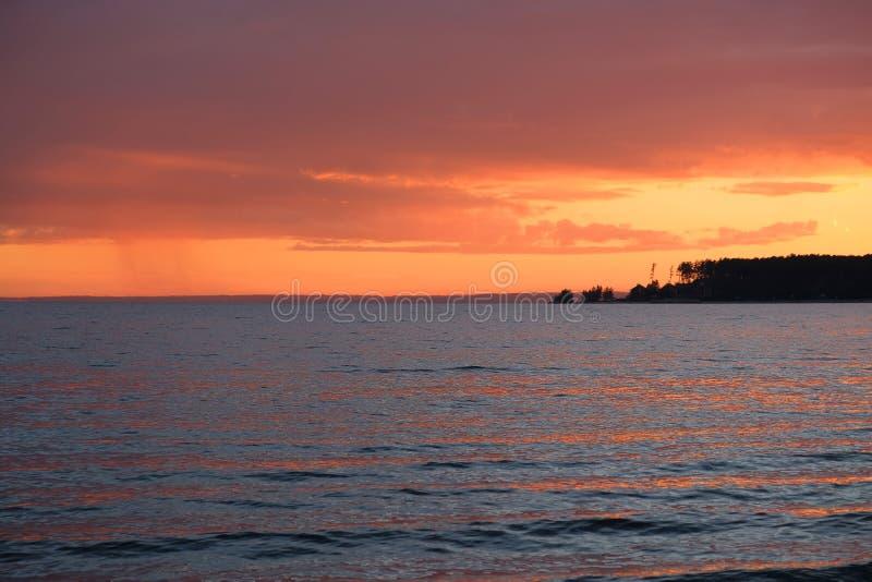 Красивый яркий оранжевый заход солнца лета на пляже моря Ob, Si стоковое изображение rf